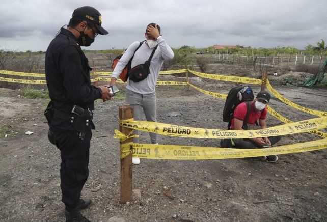 Migrantes venezolanos detenidos en el puesto fronterizo de Tumbes por militares peruanos.