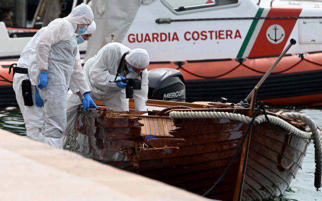 La policía forense inspecciona un barco mientras investigan a dos turistas alemanes de Múnich por una colisión de barcos que mató a un hombre y una mujer italianos