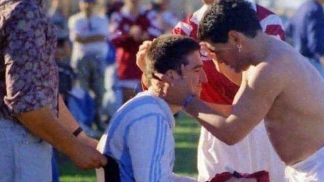 Fonseca en silla de ruedas recibe las palabras de apoyo de Diego.