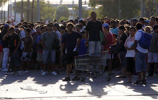 Desafiantes. Un grupo de personas mantuvo en vilo a las fuerzas policiales en cercanías de un supermercado.