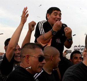 Con Maradona como motivador, Riestra ganó y Diego se fue ovacionado y en andas
