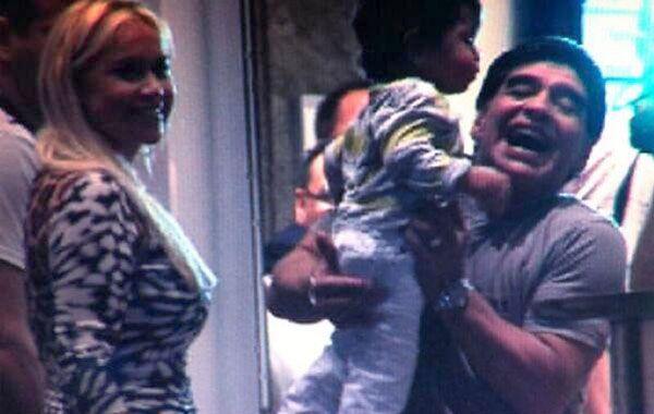 Diego con su hijo junto a Verónica Ojeda.
