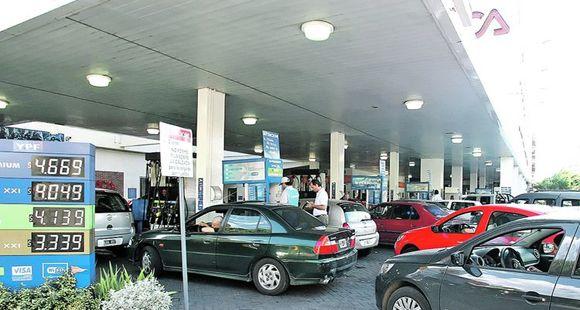 Proponen que las estaciones de servicio exhiban la existencia de combustible, cupos y forma de pago