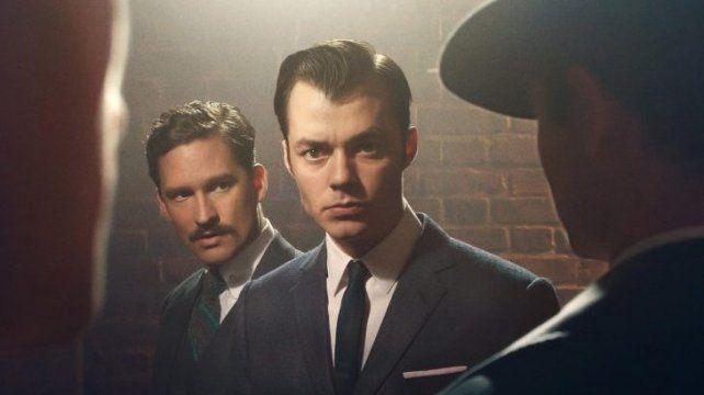 Jack Bannon y Ben Aldridge como Alfred Pennyworth y Thomas Wayne.