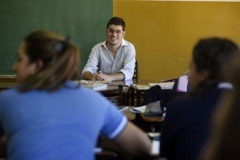 El contador Luciando Palazesi en una de sus clases en el Colegio Pompeya. El 1º asume como titular.