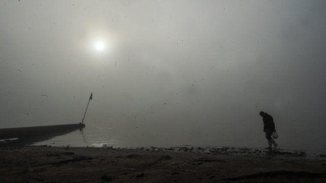 Humo de las islas y niebla sobre el río