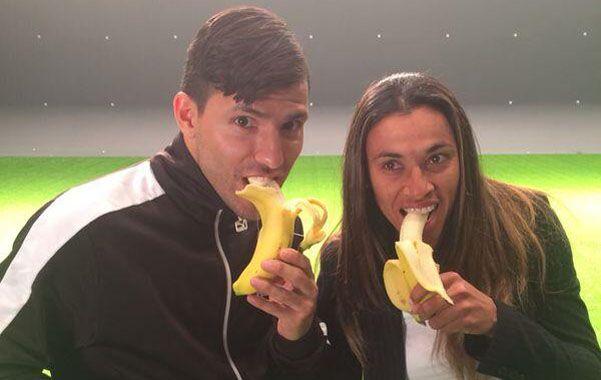 El Kun posó junto a la goleadora brasileña Marta.