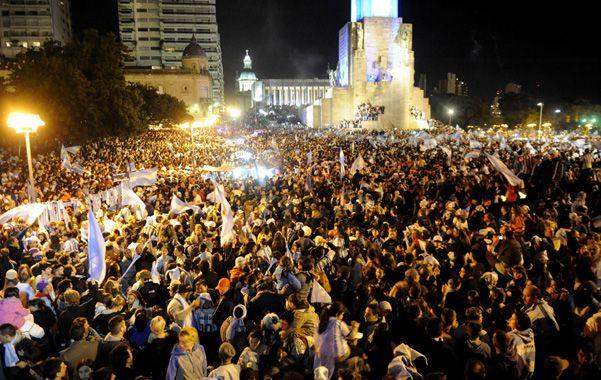 Por momentos hubo alrededor de 50 mil personas frente al Monumento