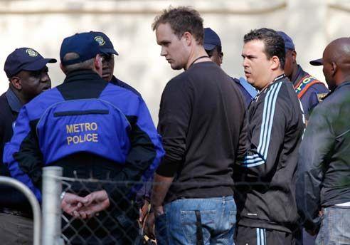 Policía sudafricana asume la seguridad en los estadios