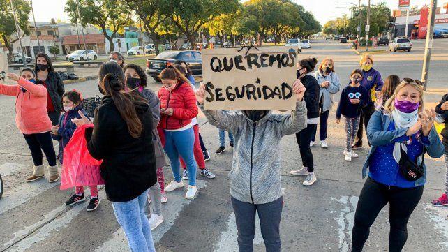 Oroño y Lamadrid. Los vecinos de la zona cortaron ambas manos en reclamo de seguridad.