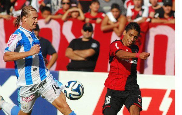 Figueroa busca sacar el remate ante la marca de Bastía.