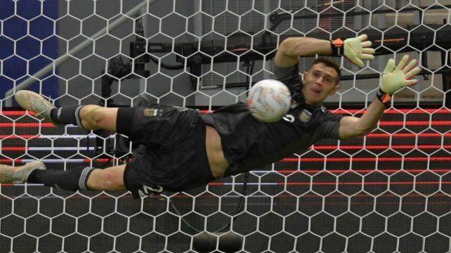 El arquero argentino se convirtió en la figura excluyente de la selección al atajar tres penales ante Colombia.