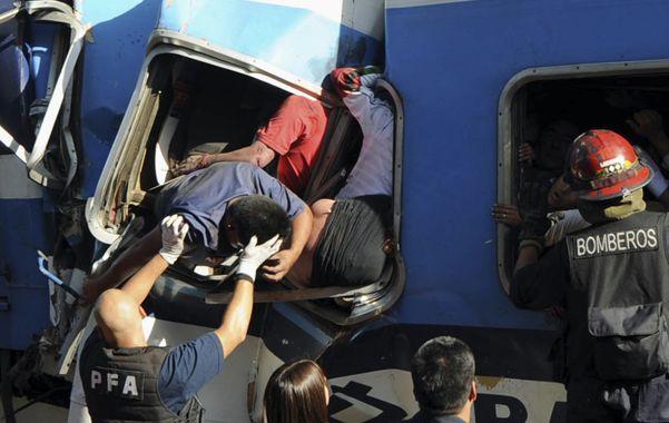 Rescatado. El motorman Córdoba es sacado del tren tras el trágico accidente. Se había hecho cargo de una formación sobrecargada de pasajeros en Castelar.