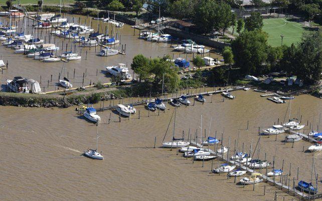 Vista aérea de embarcaciones en una caleta de la costa. Por las nuevas restricciones