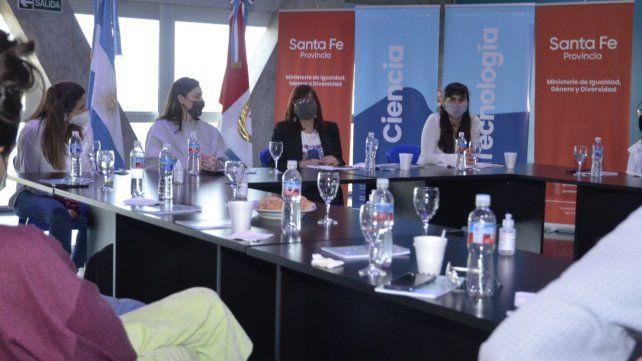 Los funcionarios provinciales se reunieron con las y los becarios en Rosario.