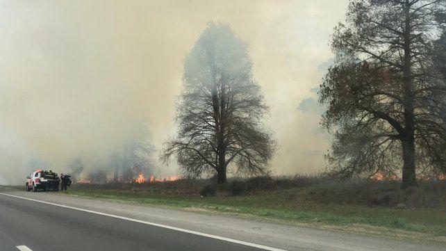 Humo en la autopista a Santa Fe por la quema de pastizales