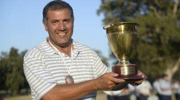 La copa en casa. Ricardo González ganó el torneo sin dejar dudas de su vigencia. El campeonato de los Seniors lo espera.