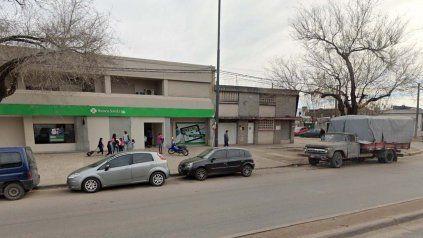 La víctima fue sorprendida por los delincuentes a pocos metros del cajero automático.