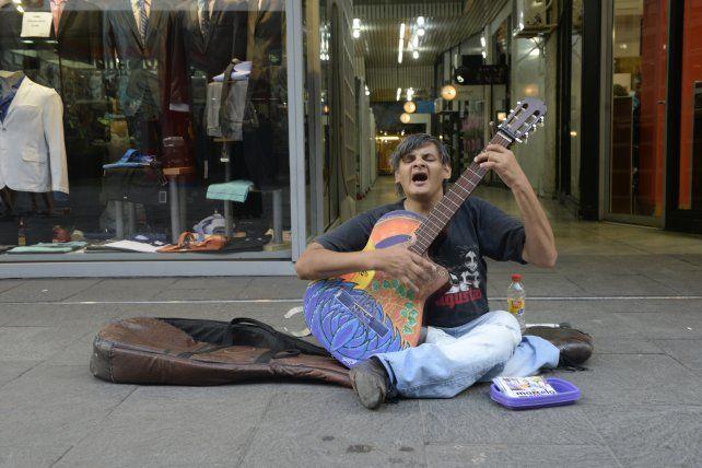 El cantante callejero Marcelo Moyano se fracturó la cadera y deberá ser operado