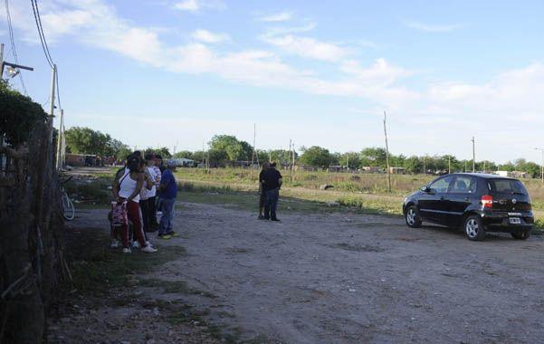 Ultimo adiós. Familiares y amigos de Leonel Enríquez velaban ayer a la tarde al muchacho en una precaria vivienda.