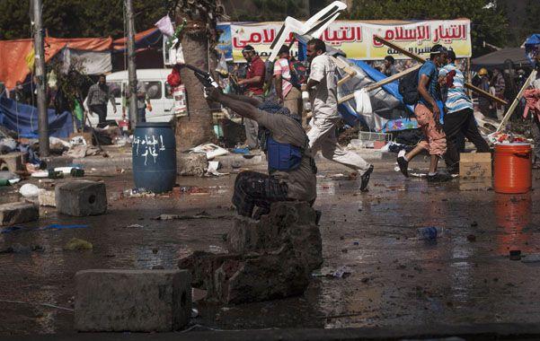 Partidarios del depuesto presidente Mursi chocan con la policía tras el ataque a los campamentos.