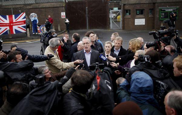 """Testimonio. Adams (ctro.) habla con la prensa al dejar la prisión. Dijo ser víctima de una """"campaña siniestra""""."""