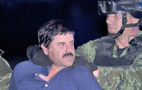 Lo delató su ego. Fuerzas de seguridad trasladan a Guzmán tras su aprehensión en la ciudad de Los Mochis.