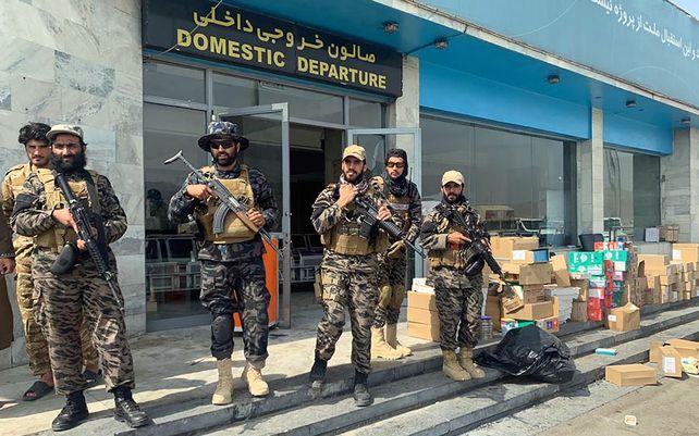 Combatientes talibanes montan guardia dentro del Aeropuerto Internacional Hamid Karzai después de la retirada de Estados Unidos en Kabul, Afganistán. Las autoridades talibanes permitirán que entre 100 y 150 estadounidenses vuelen desde Kabul en las próximas horas.