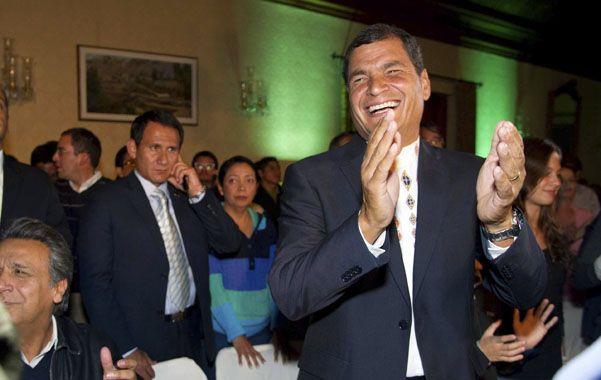 De fiesta. El presidente Correa celebra en el palacio presidencial. Luego saldría al balcón a saludar a sus votantes.