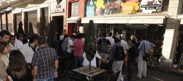 Los mercantiles están frente a la histórica librería rosarina para garantizar el derecho de sus compañeros de Ross. (Foto: S. Toriggino))