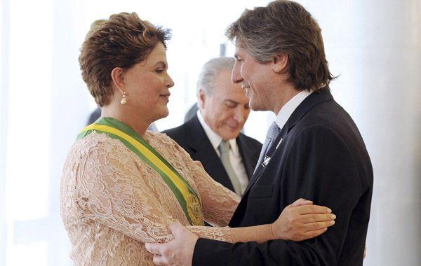 Dilma Rousseff recibe el saludo de Boudou durante la asunción.