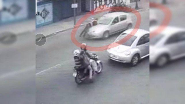 La imagen de una cámara de seguridad muestra el momento en el que el agente de tránsito es atropellado.