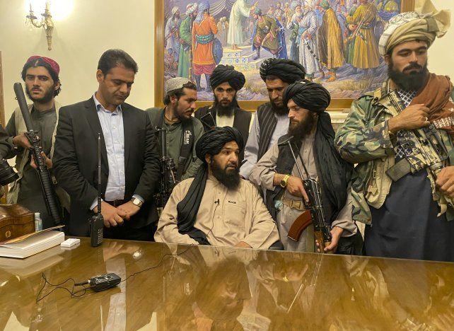 Una imagen emblemática. Talibanes ocupan el despacho del presidente en Kabul el domingo 15 de agosto.