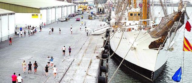 El buque escuela Libertad está anclado en le puerto de Tema desde el 2 de octubre último.
