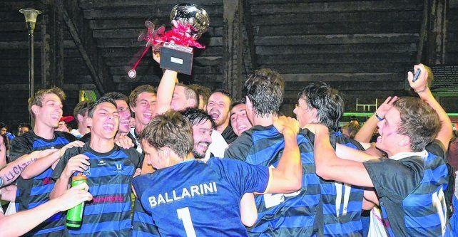Sin parar. Los chicos de Uni festejan con la copa en el Mundialista. En la final Rosario-Paraná vencieron a Jockey.