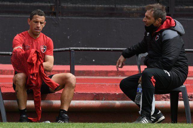 ¿La camiseta titular? Kudelka y Maxi dialogan en un entrenamiento. El DT mandó a la Fiera dos partidos al banco.