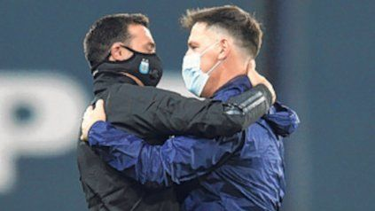 Abrazo. Scaloni y Berizzo se saludan en la Bombonera.