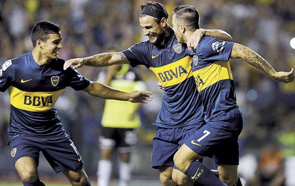 Loco de contento. Osvaldo anotó y lo celebra junto a Cristaldo y Martínez.