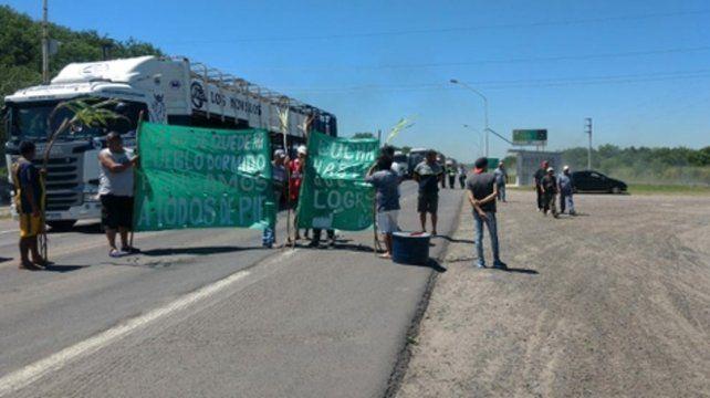 Protesta. Los trabajadores cortaron la ruta 11 en repudio a la medida.