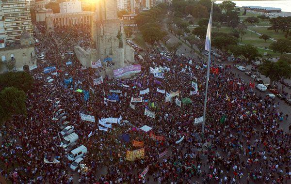 Una multitud se llegó hasta el Monumento para manifestarse en contra de la violencia de género.