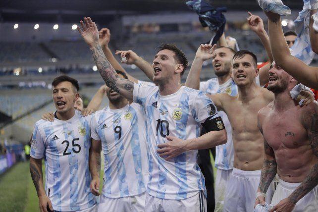 Leo y compañía se acercan a saludar al público argentino en las tribunas. Foto Télam.