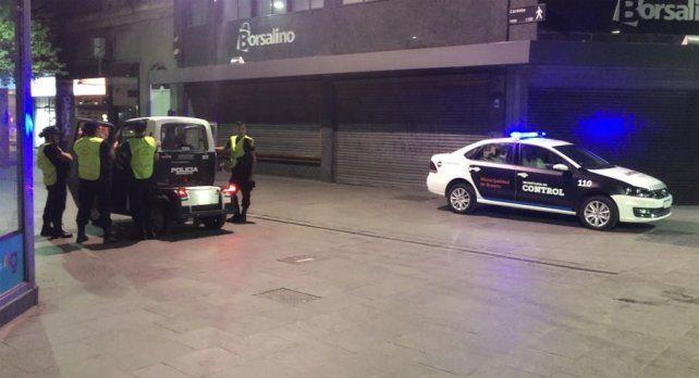 Anoche. Móviles y efectivos custodiaban Córdoba y Sarmiento.