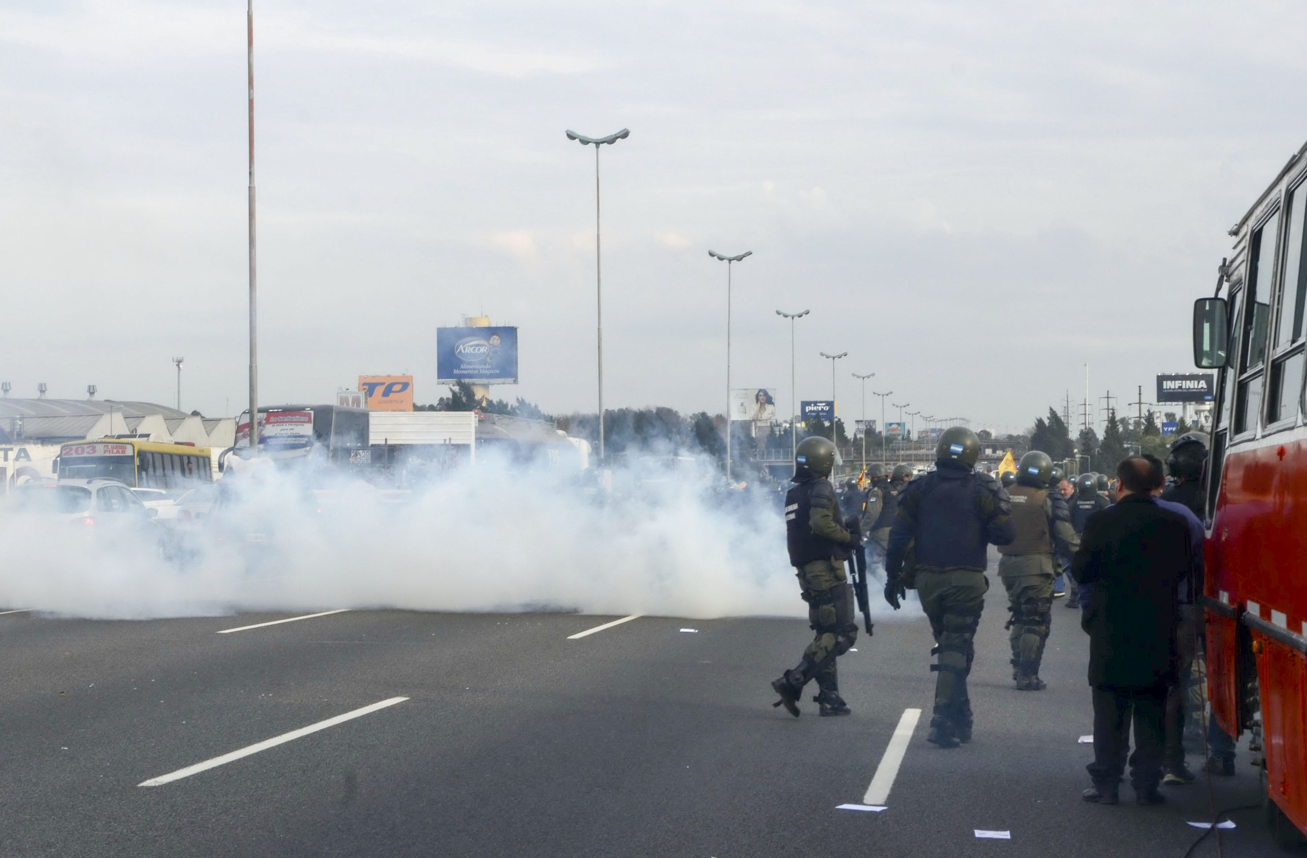 Efectivos de Gendarmería desalojaron de manera violenta a los trabajadores de la Línea 60 en la Panamericana.