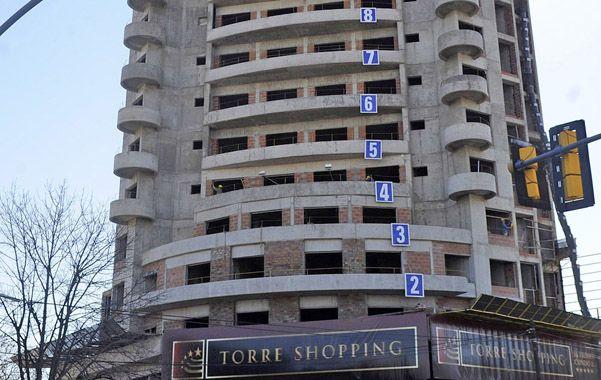 Más pisos. A la obra se le otorgó un permiso para levantar más de 20 pisos y en la zona el Código fija 12.