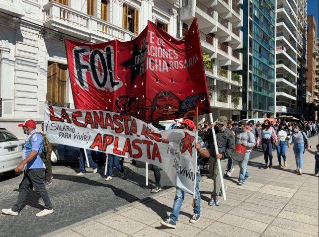 Una centenar de trabajadores cooperativistas y grupos de movimientos sociales se movilizaron por el centro contra la inflación.
