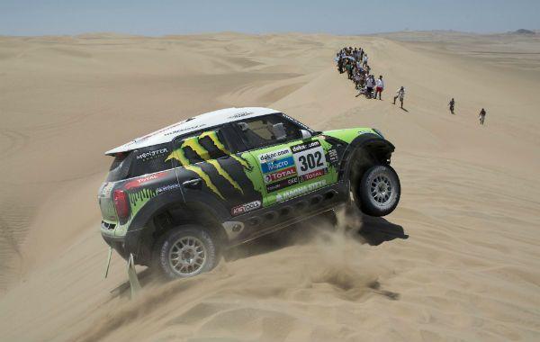 El multi campeón Peterhansel se puso al frente del Dakar en el primer especial duro en serio. Terranova quedó 4º y Alvarez 7º.