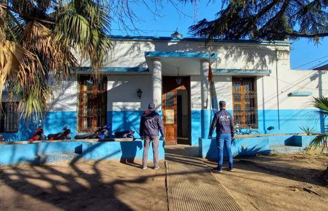 Personal de la Agencia de Control Policial este miércoles en la seccional 15º de Sarmiento y Ameghino.