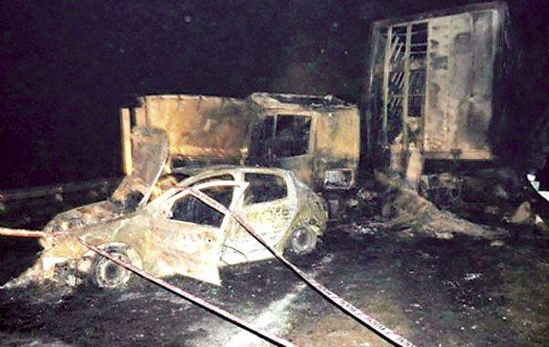 La escena. Los cuatro vehículos fueron alcanzados por el fuego.