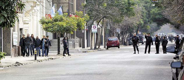 Personal policial corta Alvear entre 3 de Febrero y Mendoza