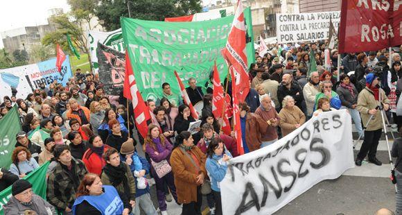 La CTA Rosario marchó este mediodía y pidió por el fin de la pobreza y la precarización laboral